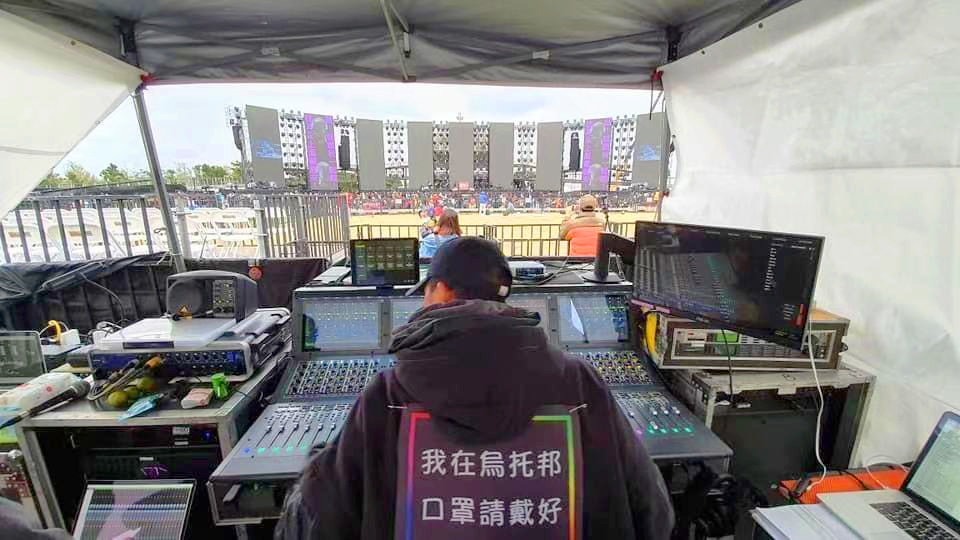 FOHエンジニアのチェン・タイシャン氏はコンサート来場者に素晴らしい体験を贈る準備をしています。