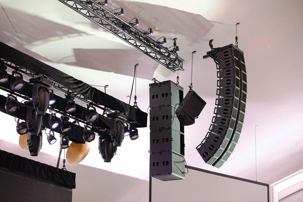 L-Acoustics Kara IIとKS21のアレイのクローズアップ